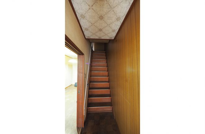東大阪市太平寺・戸建て中古物件(2階への階段)