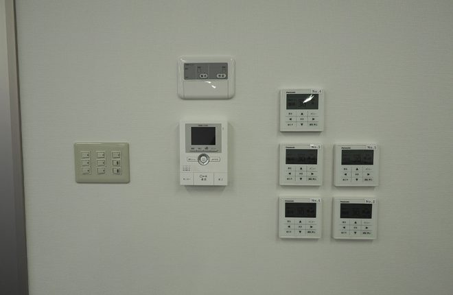 リモコンとインターホン | 大阪市城東区の細部にこだわった倉庫事務所