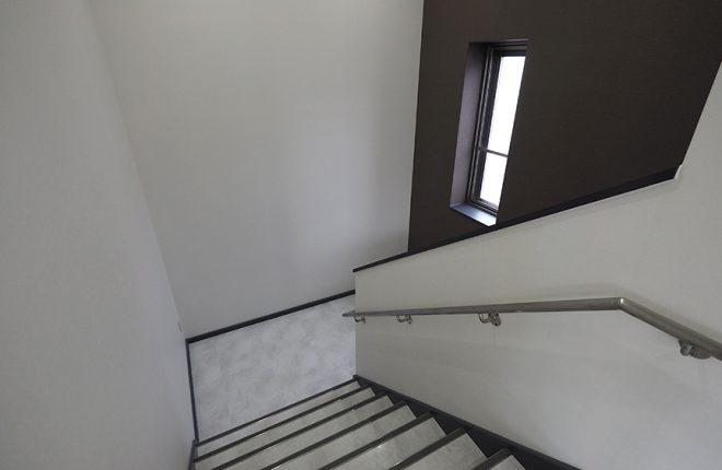 階段 | 大阪市城東区の快適な倉庫事務所